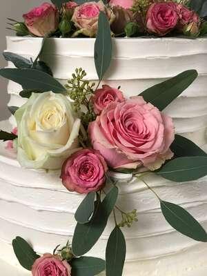 Hochzeitstorte Creme mit Streifen und Rosen für die Region München Augsburg Dachau Fürstenfeldbruck