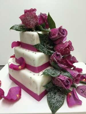 Hochzeitstorte Herz weiß mit Rosen für die Region München Augsburg Dachau Fürstenfeldbruck